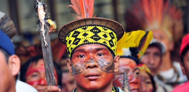 Índio protesta pela demarcação de terras indígenas na Câmara dos Deputados usando pinturas indumentária de sua tribo