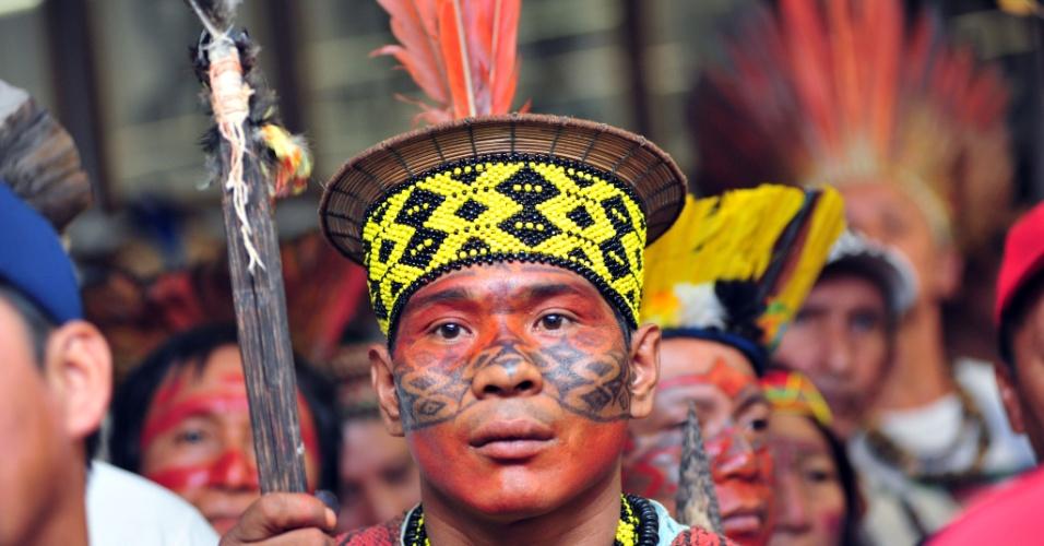 16.abr.2013 - Índio protesta pela demarcação de terras indígenas na Câmara dos Deputados usando pinturas indumentária de sua tribo