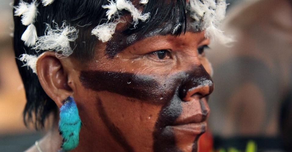 16.abr.2013 - Índio vai à Câmara dos Deputados, em Brasília, protestar contra PEC (Proposta de Emenda Constitucional) que muda as regras para demarcação de terras no Brasil