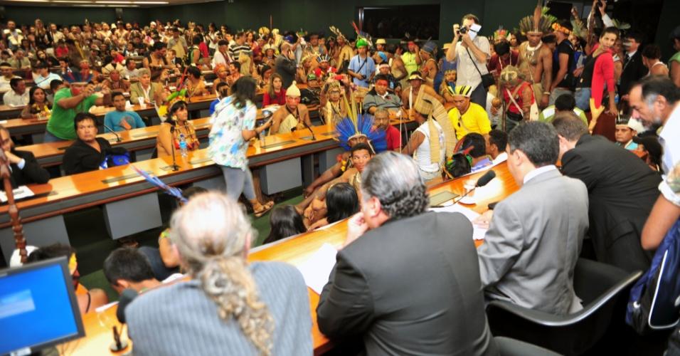 16.abr.2013 - Índios lotam sessão na Câmara dos Deputados, em protesto contra a PEC (Proposta de Emenda Constitucional) 215/00, que transfere do poder Executivo para o Legislativo a competência pela demarcação de terras ocupadas tradicionalmente por povos indígenas