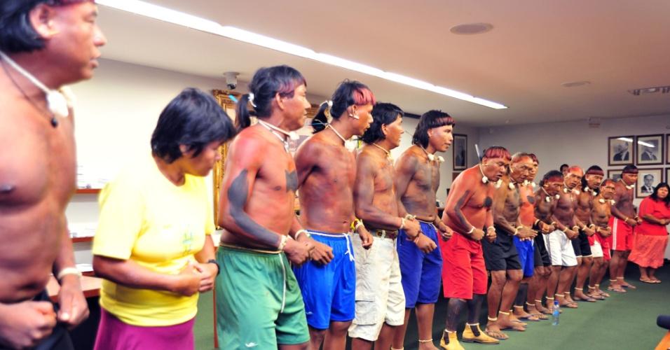16.abr.2013 - Índios protestam na Câmara dos Deputados. Os manifestantes cobram o fim de outras normas como a portaria 303 da AGU (Advocacia Geral da União), que estende as regras definidas pelo STF (Supremo Tribunal Federal) no caso da Raposa Serra do Sol para todas as áreas indígenas do país