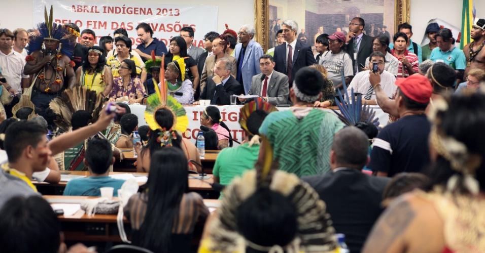 16.abr.2013 - Índios vão à Câmara dos Deputados, em Brasília, para protestar contra PEC (Proposta de Emenda Constitucional) que muda regras para demarcação de terras no Brasil. A proposta 215/00 transfere do poder Executivo para o Legislativo a decisão final sobre a demarcação de terras indígenas no país