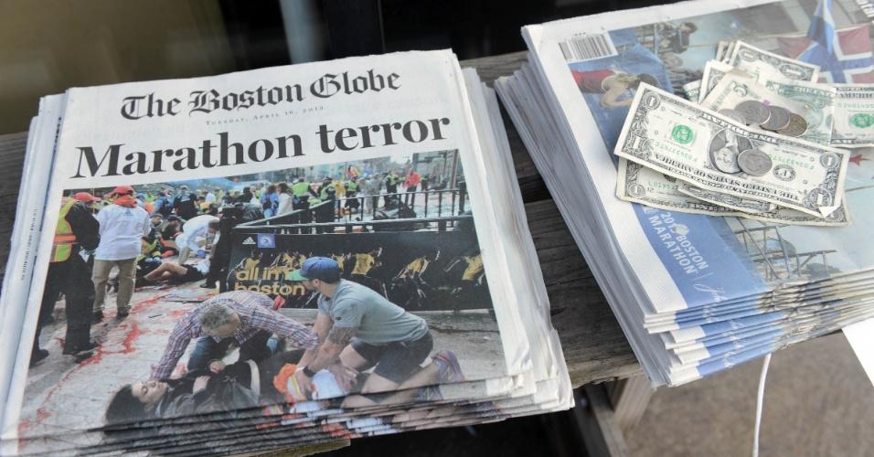 16.abr.2013 - Jornais à venda na Newbury Street, em Boston, Massachusetts (EUA), noticiam os atentados a bomba que deixaram três mortos e 176 feridos
