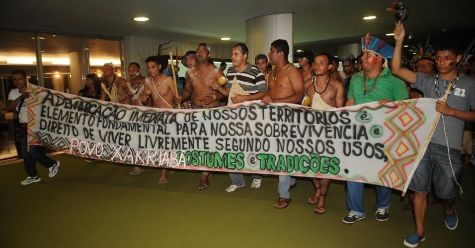 16.abr.2013 - Manifestantes indígenas cobram a demarcação imediata de seus territórios no Salão Verde da Câmara dos Deputados. O protesto não pôde ser contido pela segurança da Casa e os índios acabaram invadindo uma sessão da câmara dos Deputados, em Brasília