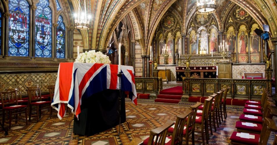 16.abr.2013 - O caixão com os restos mortais da ex-primeira-ministra britânica Margaret Thatcher chegou nesta terça-feira à capela de Saint Mary, no Palácio de Westminster, em Londres, onde permanecerá até o funeral que acontecerá amanhã na catedral de Saint Paul