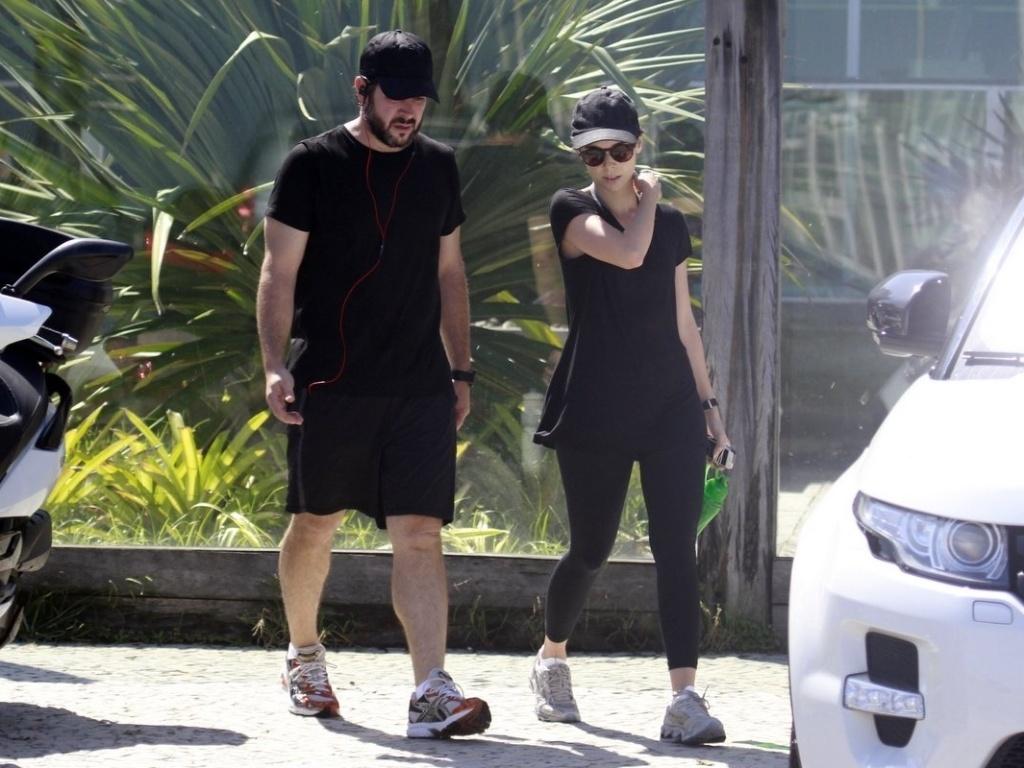 16.abr.2013 - O casal de atores Murilo Benício e Débora Falabella deixa academia na Barra da Tijuca, zona oeste do Rio