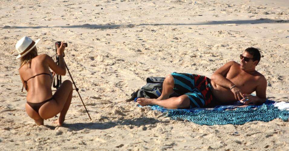 16.abr.2013 - O sol deu o ar da graça nesta terça-feira (16) no Rio de Janeiro depois de dias nublados na última semana. Banhistas aproveitaram o tempo bom Na foto, amanhecer na praia de Ipanema e no Arpoador. O mar esteve agitado desde o início da manhã