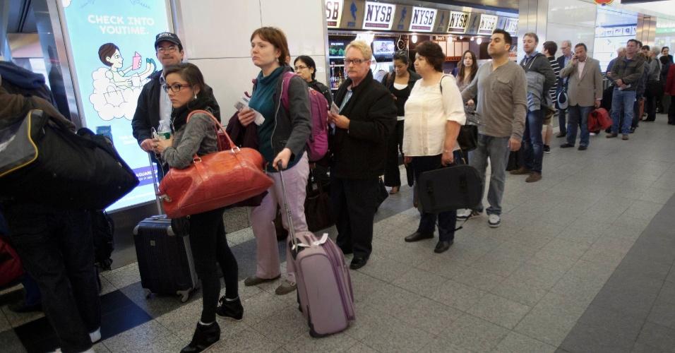 16.abr.2013 - Passageiros esperam em fila no aeroporto La Guardia, em Nova York, após um pacote suspeito ser encontrado em um dos terminais, o que levou à suspensão temporária dos voos por 1h30