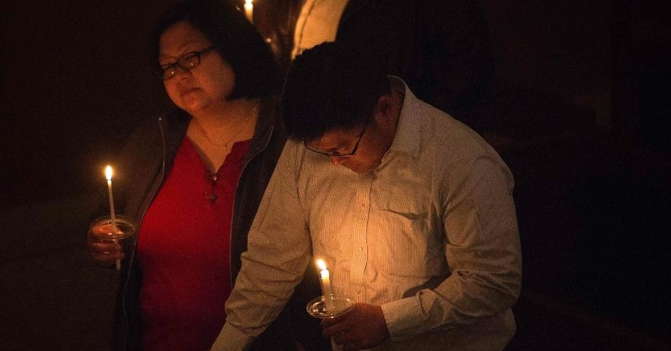 16.abr.2013 - Pessoas participam de uma oração ecumênica em homenagem às vítimas do atentado à Maratona de Boston, que deixou três pessoas mortas e dezenas de feridos, na segunda-feira (15), em evento organizado na cidade americana