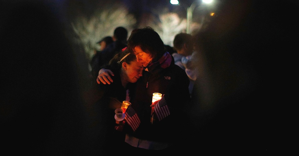 16.abr.2013 - Pessoas se reúnem no bairro de Dorchester, em Boston (Estados Unidos), para vigília em homenagem a Martin Richard, o garoto de oito anos que morreu no atentado à Maratona de Boston. Richard era um morador do bairro