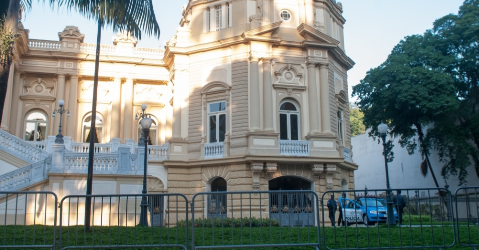 16.abr.2013 - Polícia Militar reforça a segurança no Palácio Guanabara, no Rio de Janeiro, temendo o protesto marcado para hoje contra a licitação da privatização do complexo esportivo Maracanã