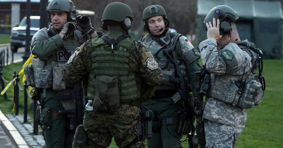 16.abr.2013 - Policiais da Swat - tropa de elite da polícia norte-americana - de Boston fazem ronda em região onde duas bombas explodiram durante a maratona de Boston, causando três mortes e deixando 130 feridos. A segurança na cidade foi reforçada