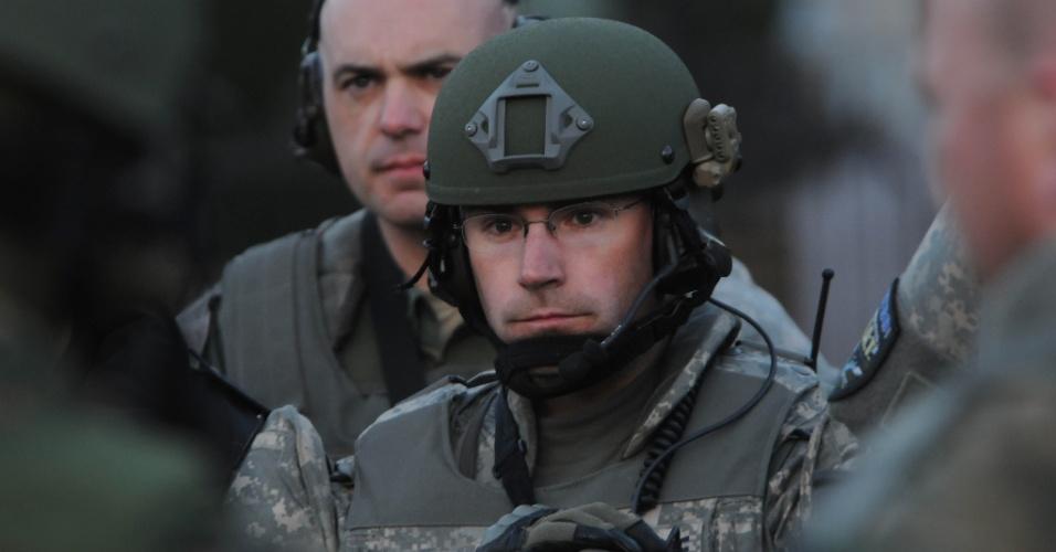 16.abr.2013 - Policial da Swat - tropa de elite da polícia norte-americana - de Boston faz ronda em região onde duas bombas explodiram durante a maratona de Boston, causando três mortes e deixando 130 feridos. A segurança na cidade foi reforçada