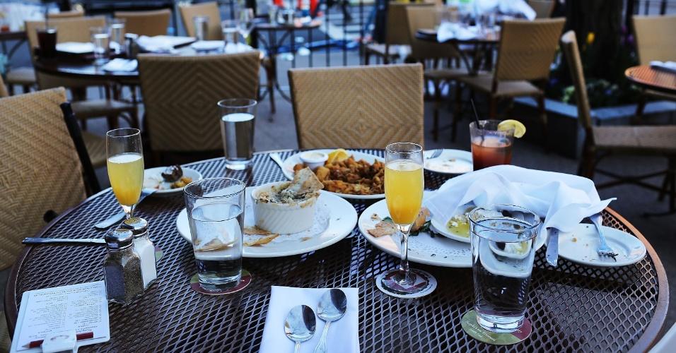 16.abr.2013 - Pratos de refeições deixados nas mesas de restaurante localizado perto de onde era realizada a Maratona de Boston (EUA), onde duas explosões deixaram três pessoas mortas, ainda eram vistos nesta terça-feira (16)