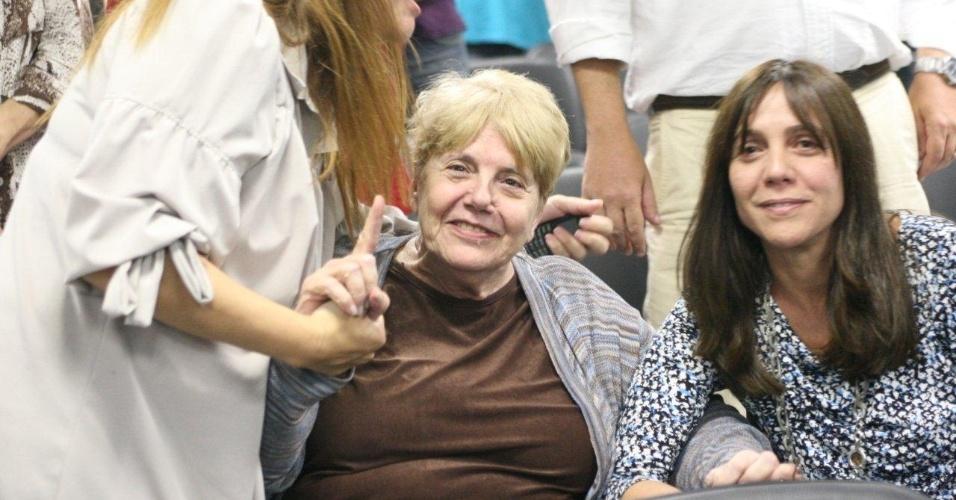 16.abr.2013 - Simone Acioli (à dir.) e Marly Acioli (no centro), irmã e mãe da juíza Patrícia Acioli, assassinada em Niterói em agosto de 2011, sorriem após ser anunciada a condenação do policial militar Carlos Adílio Maciel Santos, no 3º Tribunal do Júri de Niterói (RJ). Santos foi condenado a 19 anos e seis meses de prisão por participação no assassinato da juíza
