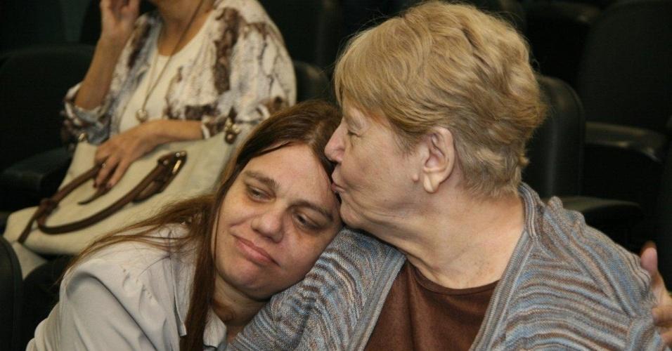 16.abr.2013 - Simone Acioli (esq) e Marly Acioli, irmã e mãe da juíza Patrícia Acioli, assassinada em Niterói em agosto de 2011, acompanham o julgamento do policial militar Carlos Adílio Maciel Santos no 3º Tribunal do Júri de Niterói (RJ). Ele é um dos acusados pela morte da juíza em agosto de 2011