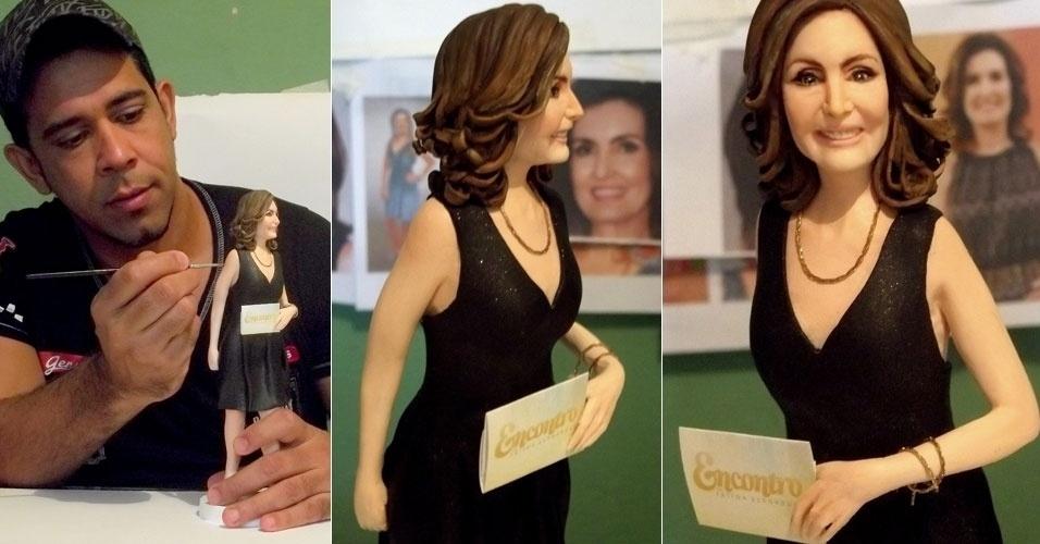 16.abr.2013: O artista plástico Marcelo Rezende homenageou a apresentadora Fátima Bernardes com uma escultura de 30 centímetros feita de biscuit, cerâmica fria.