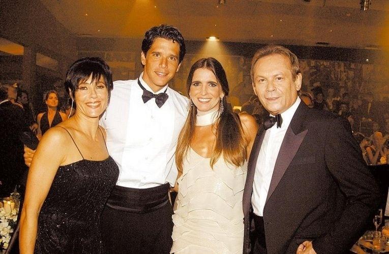 19.abr.2004 - Christiane Torloni, Márcio Garcia, Malu Mader e José Wilker posam para foto em intervalo de gravação da novela