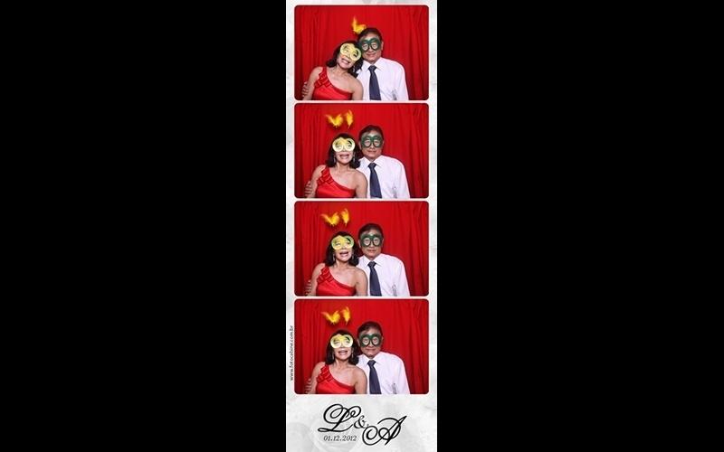 Fotos instantâneas dentro de foto cabine; da Foto Cabine (www.fotocabine.com.br), a partir de R$ 2.500 para quatro horas de festa. As fotos são ilimitadas durante o período contratado.