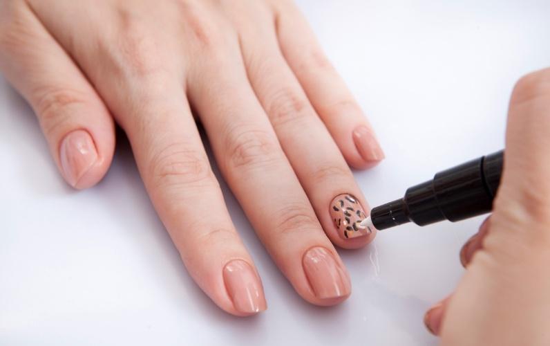 decorar unha branca:Caneta de esmalte é novidade para decorar as unhas; veja sugestões