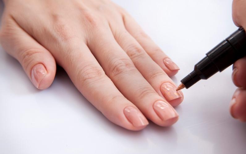 decorar unha branca:Com a caneta decorativa na dor dourada, faça pequenas bolinhas apenas