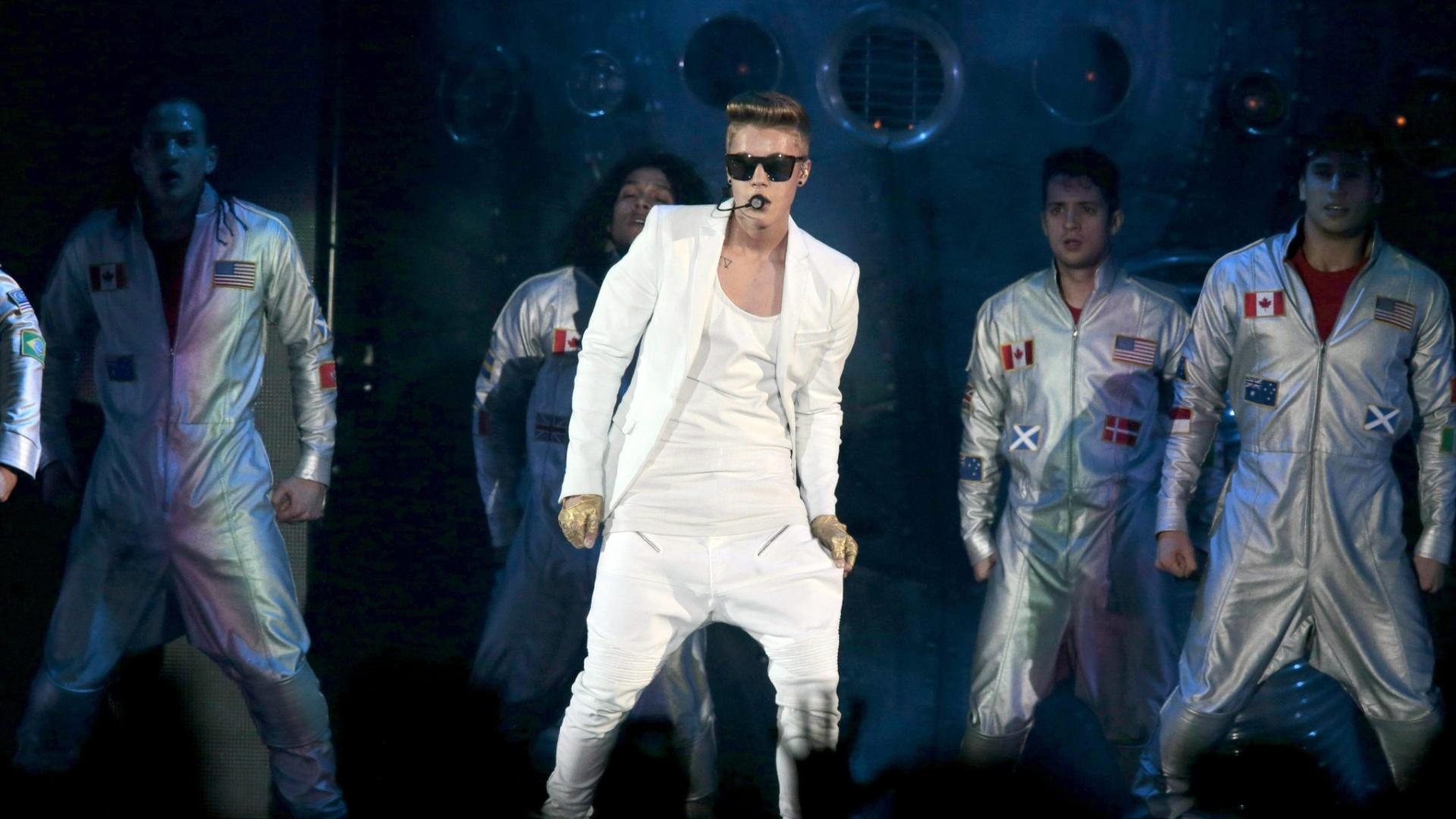 16.abr.2013 - Apresentação de Justin Bieber tem coreografias acompanhadas por um grupo de bailarinos. O show desta terça-feira (16) foi o primeiro dos três marcados em Oslo, na Noruega