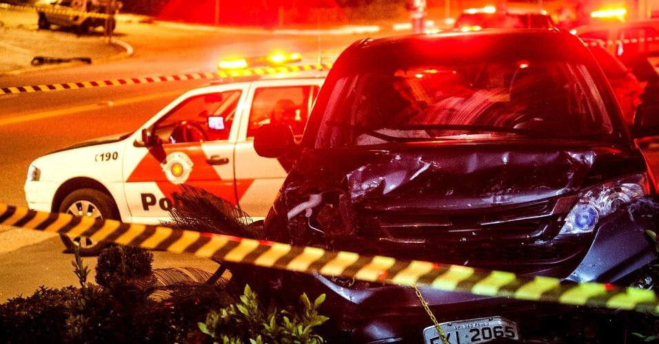 16.abr.2013 - Um homem foi preso no inicio da noite de terça-feira (16), depois de assaltar um carro na zona sul de São Paulo. De acordo com a Polícia Militar, dois homens fugiam em dois carros roubados quando o motorista do Honda perdeu o controle, bateu em veículos estacionados, atravessou a avenida Jose Maria Whitaker e só parou quando subiu em um canteiro. O suspeito foi preso, mas o motorista do outro carro conseguiu fugir