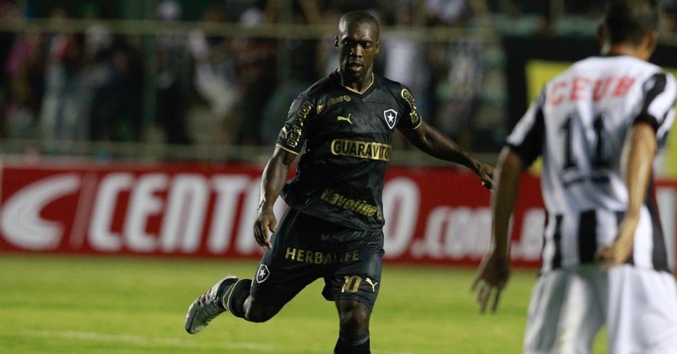 17.04.2013 - Seedorf tenta passe na partida do Botafogo contra o Sobradinho na partida de ida na Copa do Brasil