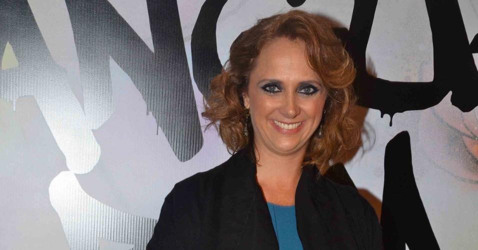 """17.abr.2013 - A atriz Letícia Isnard posa na festa de lançamento de """"Sangue Bom"""" em São Paulo"""