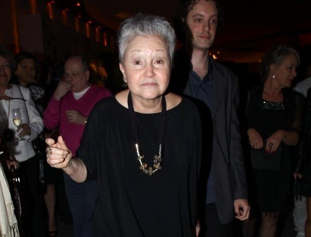 """17.abr.2013 - A autora Maria Adelaide Amaral chega à festa de lançamento de """"Sangue Bom"""" em São Paulo"""