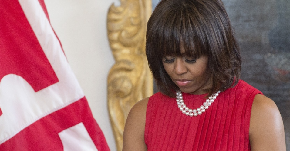 17.abr.2013 - A primeira-dama dos Estados Unidos, Michelle Obama, faz um minuto de silêncio em homenagem às vítimas do atentado em Boston, durante cerimônia para a sanção de uma lei no Estado de Maryland que beneficia membros das Forças Armadas