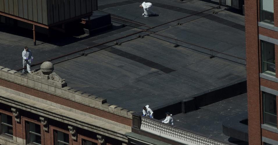 17.abr.2013 - Agentes do FBI buscam pistas de atentado a bomba em na região onde duas bombas explodiram durante a Maratona de Boston (EUA), nesta quarta-feira (17)