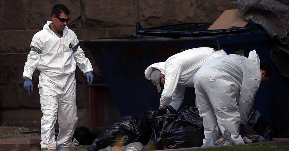 17.abr.2013 - Agentes do FBI buscam pistas de atentado a bomba na região onde duas bombas explodiram durante a Maratona de Boston (EUA), nesta quarta-feira (17)