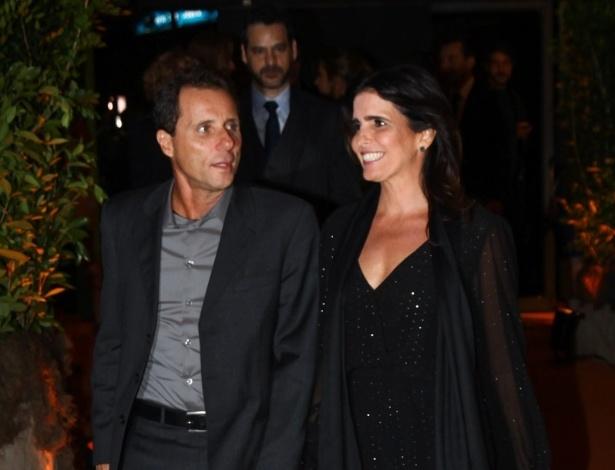 """17.abr.2013 - Ao lado do marido, Tony Bellotto, a atriz Malu Mader chega à festa de lançamento de """"Sangue Bom"""" em São Paulo"""