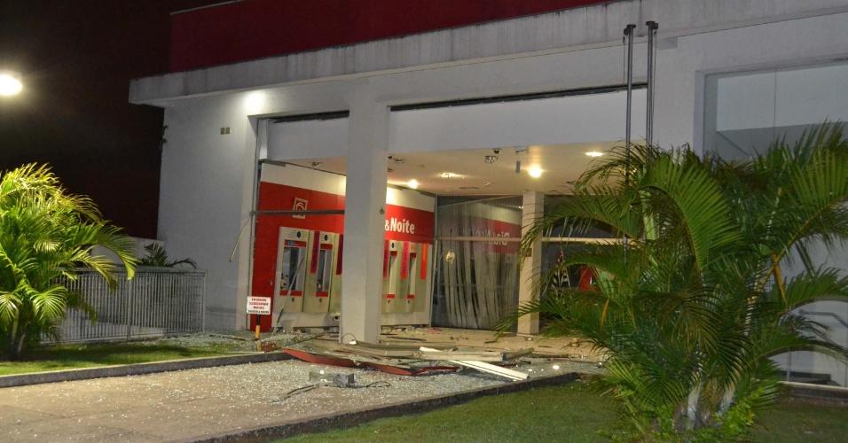 17.abr.2013 - Bandidos explodem caixa eletrônico na avenida Sapopemba, no bairro de São Mateus, na zona leste de São Paulo. Segundo uma testemunha, cerca de 15 bandidos participaram da ação. O caso foi encaminhado ao 69° DP