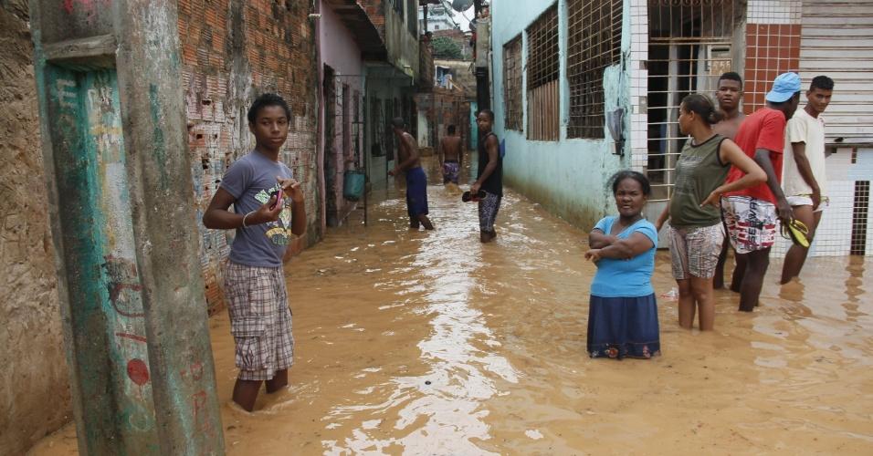 17.abr.2013 - Casas ficam alagadas após chuvas no final da manhã desta quarta-feira (17) em Salvador. Centenas de moradores do bairro Narandiba tiveram suas casas alagadas