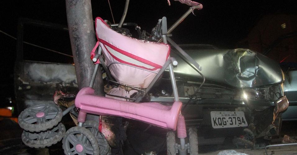 17.abr.2013 - Criança de três meses é morta após ser atropelada por um taxista na rua Figueiredo Camargo na Vila Vintém no Rio de Janeiro