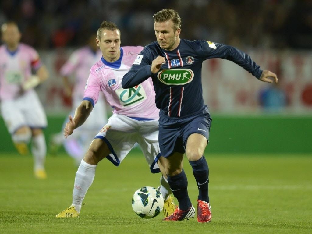 17.abr.2013 - David Beckham (dir.), do PSG, luta pela bola contra Kevin Berigaud, do Evian, em partida da Copa da França
