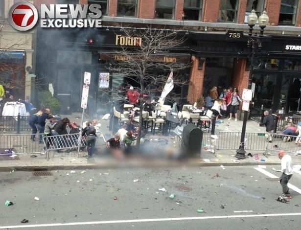 17.abr.2013 - Em foto enviada para a rede de TV americana 7News, o objeto que supostamente seria uma bomba é encoberto por fumaça  após explosão que teve como alvo a Maratona de Boston (EUA) - a foto foi borrada por conta de seu conteúdo forte