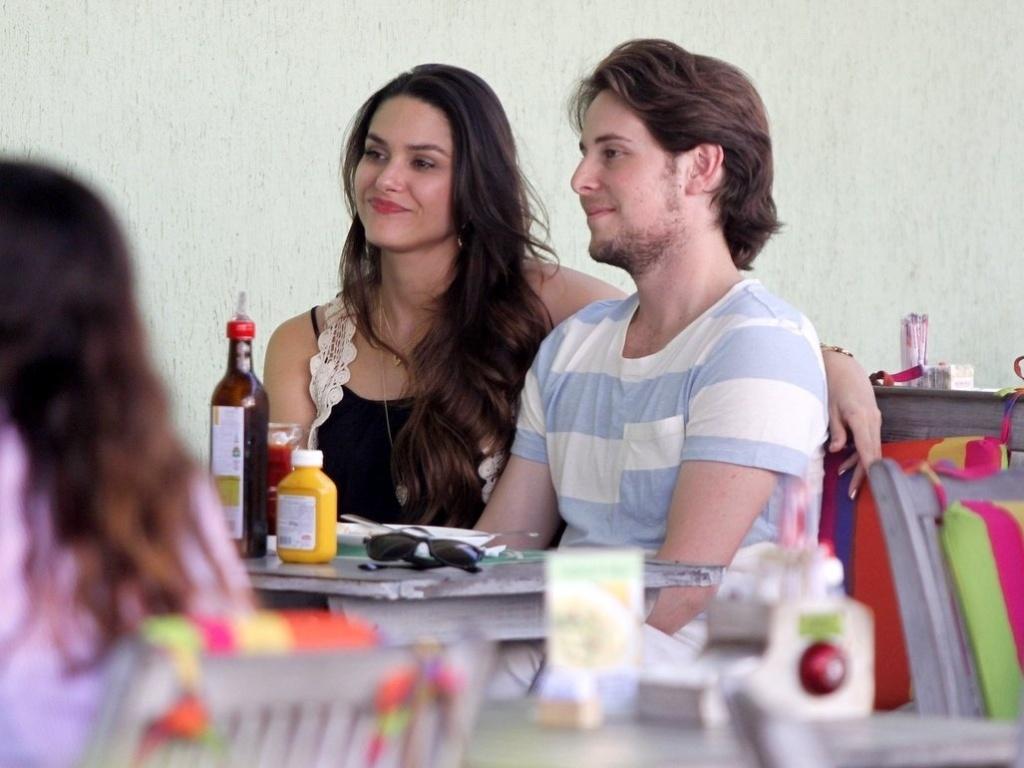 17.abr.2013 - Fernanda Machado almoça com o namorado, Robert Riskin, em restaurante da Barra da Tijuca, no Rio de Janeiro. A atriz estará na próxima novela das 21h,