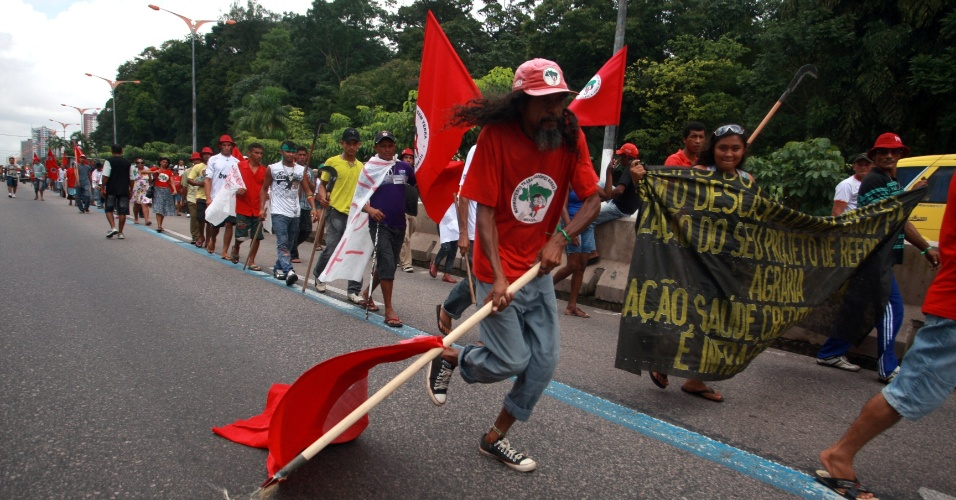 17.abr.2013 - Integrantes do MST (Movimento dos Trabalhadores Rurais Sem Terra), acampados na sede do Incra (Instituto Nacional de Colonização e Reforma Agrária), em Belém, realizam marcha para relembrar os 17 anos do Massacre de Eldorado dos Carajás