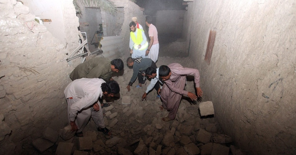 17.abr.2013 - Iranianos vasculham escombros após um terremoto de magnitude 5,6 na escala Richter que atingiu a cidade iraniana de Saravan, no sudeste do país, na fronteira com o Paquistão