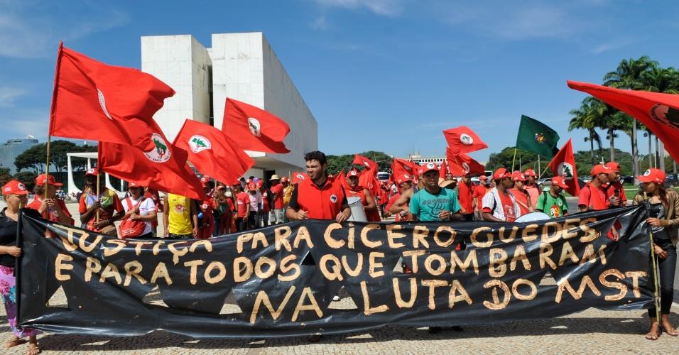 17.abr.2013 - Manifestantes do MST (Movimento dos Trabalhadores Rurais Sem Terra) percorrem a Esplanada dos Ministérios e a praça dos Três Poderes, em Brasília, pedindo o fim da impunidade no campo, em memória dos 19 mortos no massacre de Eldorado dos Carajás (PA), ocorrido há 17 anos