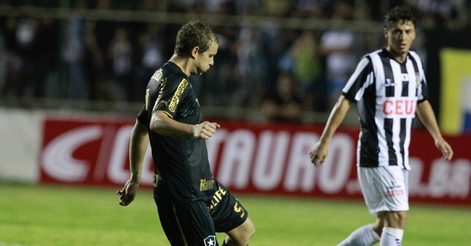 17.abr.2013 - Marcelo Mattos faz jogada para o Botafogo contra o Sobradinho-DF