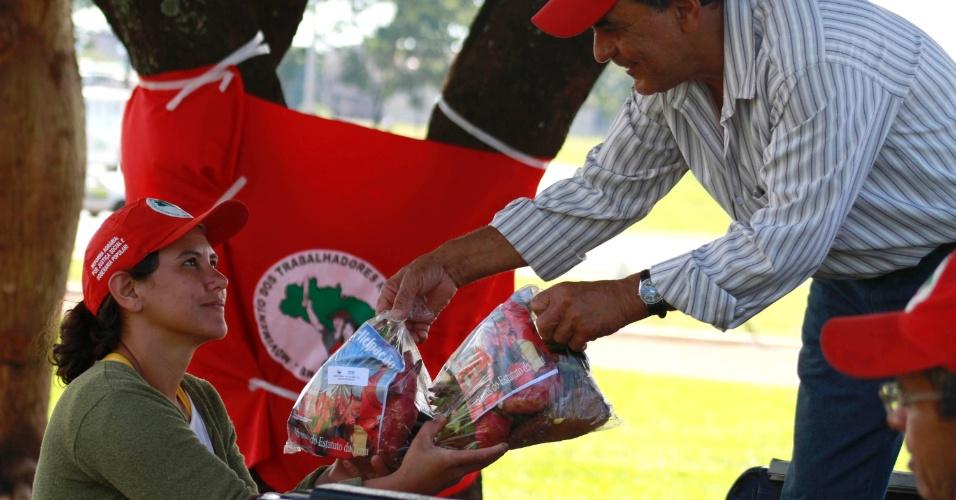 17.abr.2013 - Membros do MST (Movimento dos Trabalhadores Rurais Sem Terra) distribuem alimentos produzidos em acampamentos e assentamentos do movimento no entorno de Brasília, próximo a rodoviária do Plano Piloto, nesta quarta-feira (17). O objetivo do ato, segundo o MST, é mostrar que a reforma agrária leva à produção de alimentos de qualidade, sem o uso de agrotóxicos, e em quantidade. Foram distribuídas duas toneladas de alimentos, segundo os organizadores do ato