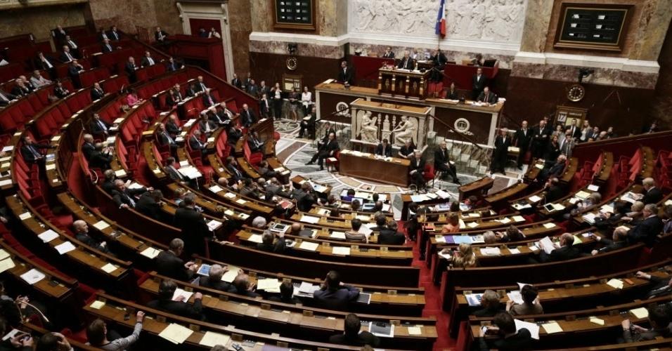 17.abr.2013 - Membros do parlamento francês realizam segundo e definitivo exame do projeto de lei para legalizar o casamento gay na França