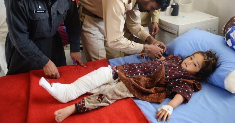 17.abr.2013 - Menina paquistanesa, ferida durante o terremoto que atingiu o Irã, recebe tratamento médico no Hospital Militar de Quetta, no Paquistão. O terremoto deixou dezenas de mortos no vizinho Paquistão, matou uma pessoa no território iraniano e feriu outras, informaram as autoridades locais