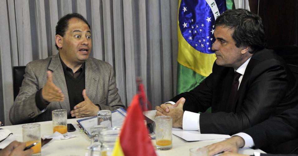 17.abr.2013 - Ministro da Justiça José Eduardo Cardozo (à dir.) se reúne com ministro do Interior venezuelano, Carlos Romero (à esq.) em La Paz (Bolívia). Cardozo discutiu propostas para intensificar a fiscalização nas regiões fronteiriças e também a questão envolvendo os 12 torcedores corintianos detidos em Oruro, na Bolívia, pela morte do garoto Kevin Espada