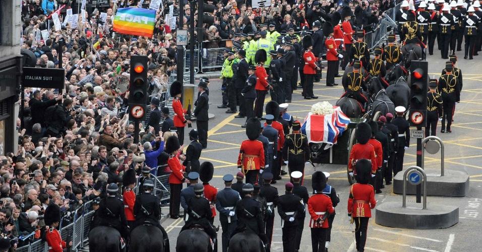 17.abr.2013 - O caixão da ex-primeira-ministra britânica Margaret Thatcher é carregado em procissão para a catedral de São Paulo, em Londres, nesta quarta-feira (17)