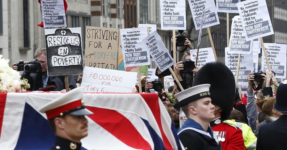 17.abr.2013 - O caixão da ex-primeira-ministra britânica Margaret Thatcher passa por manifestantes durante procissão a caminho da catedral de St. Paul, no centro de Londres, nesta quarta-feira (17)
